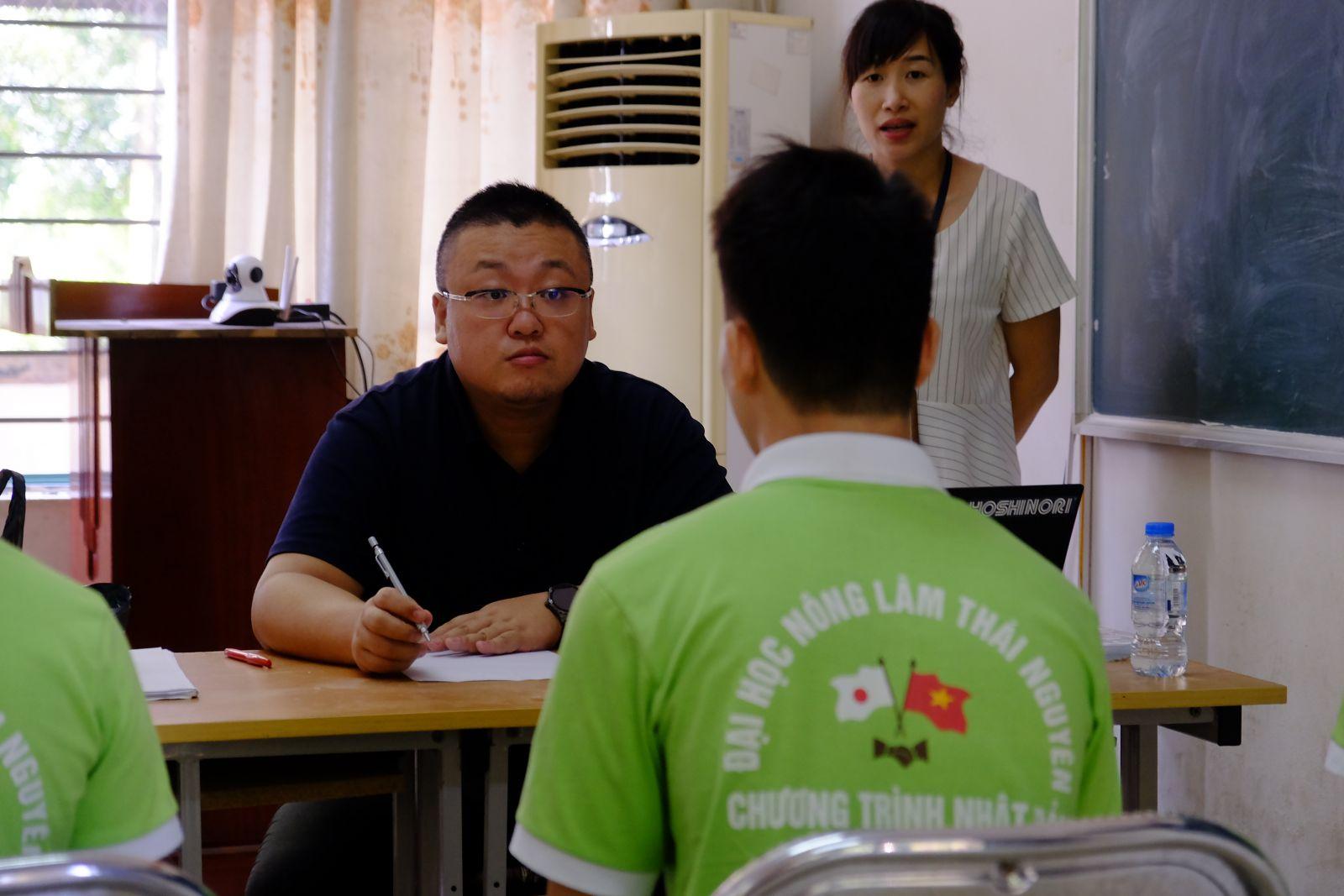 Sau bài thi viết, các thí sinh bước vào phần phỏng vấn với thầy giáo Wakayobashi Yoshinori - đại diện của Trường Kobe Sumiyoshi International Language