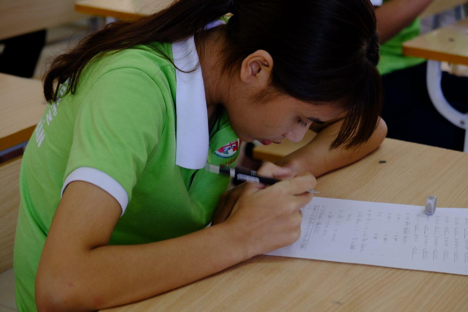 Trước buổi phỏng vấn, các thí sinh trải qua bài kiểm tra viết