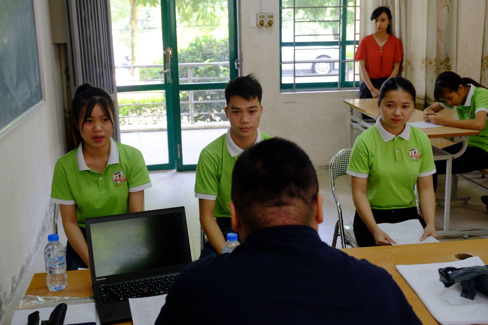 Tuy nhiên, với sự thân thiện, cởi mở của thầy giáo, các bạn thí sinh đã thoải mái hơn rất nhiều và hoàn thành tốt phần thi của mình